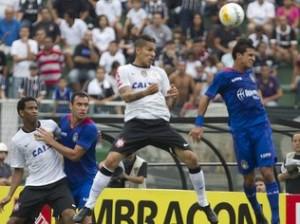 Guerrero marca contra o São Caetano: estilo, olhos abertos e categoria no cabeceio. (foto - Gazeta esportiva)
