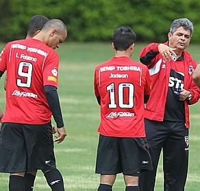 Ney Franco tem que melhorar o rendimento do tricolor. Para isso precisa mexer em jogadores considerados intocáveis.