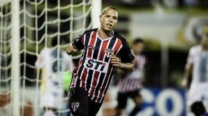 Luis Fabiano marca gols com olhar de quem apenas fez uma obrigação. Não fica feliz.