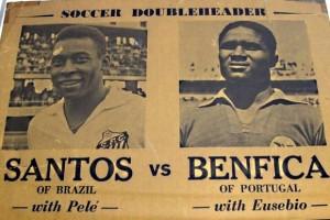 """Jornal inglês da época anunciava o duelo de Eusébio contra Pelé. O """"Pantera"""" era o maior rival do Rei."""