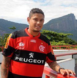 Carlos Eduardo é exemplo claro da distorção. Ganhava mais de 300 mil no Flamengo.