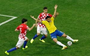 Pênalti não existente em Fred deu início às desconfianças com relação a idoneidade desta Copa.