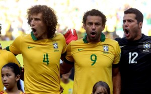 """Dá pra entender Brasil querer ganhar uma Copa com Júlio César no gol e Fred com a """"sagrada"""" 9 brasileira?  Midiático David Luis deu uma aula de promoção pessoal, mas Mourinho não engoliu, já tinha mandado embora."""